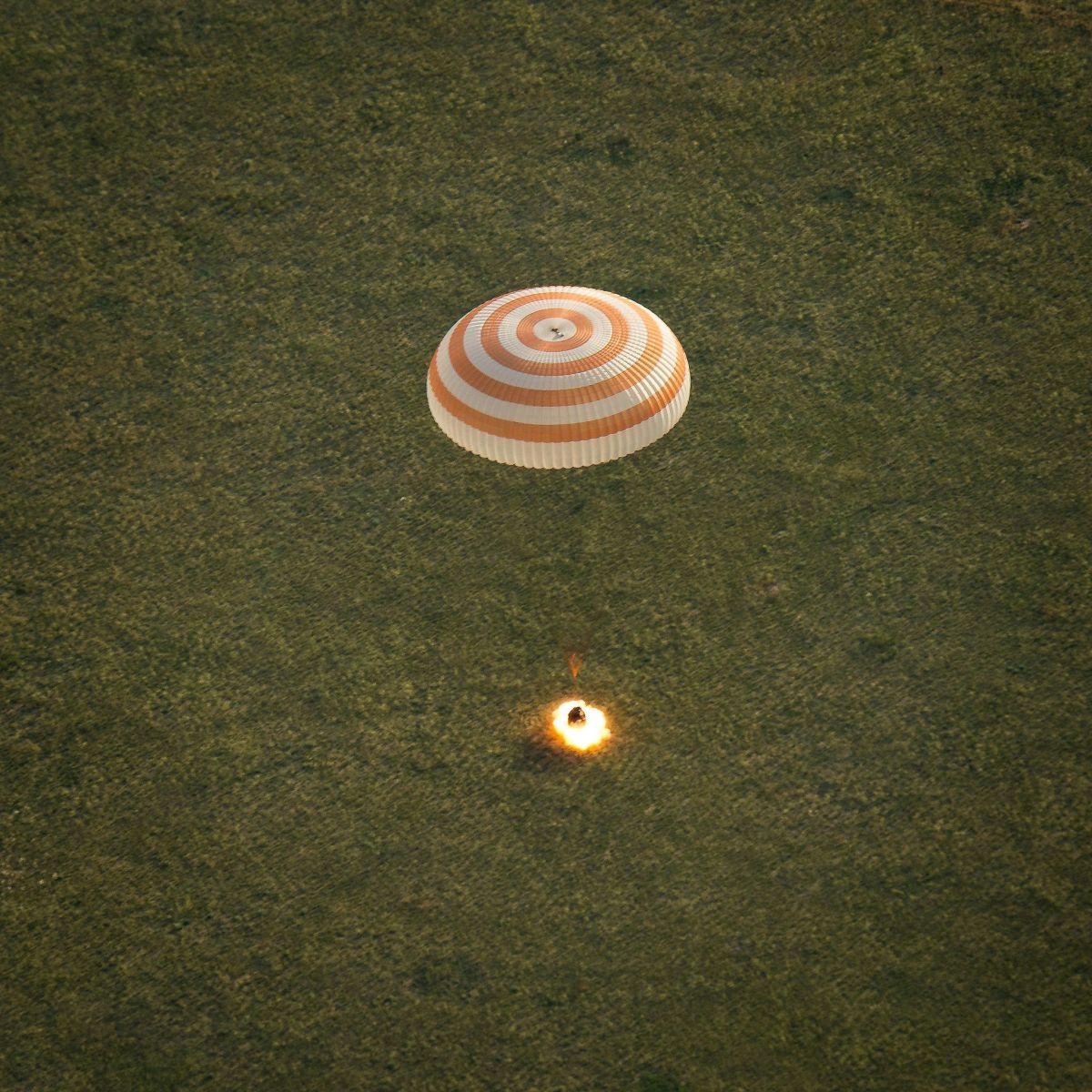 Environ une seconde et à 70cm au-dessus du sol, le Soyouz TMA-15M allume ses rétrofusées pour amortir le choc (Crédits : NASA/Bill Ingalls)
