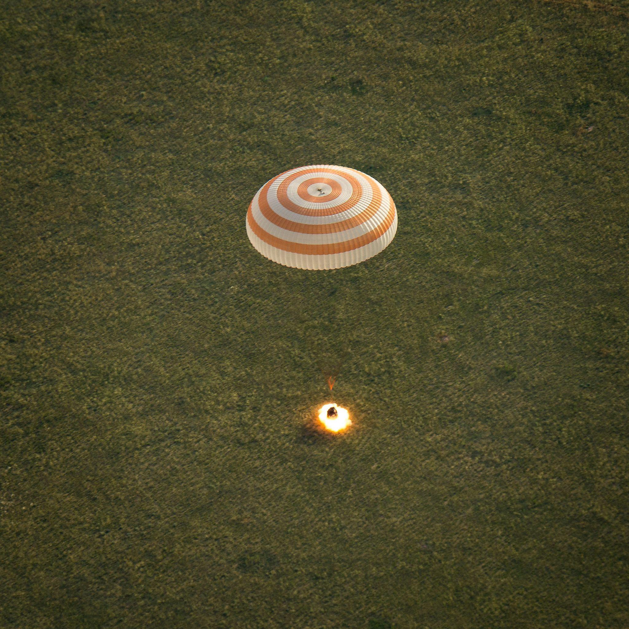 Soyuz TMA-15M allume ses retrofusees à 70cm du sol