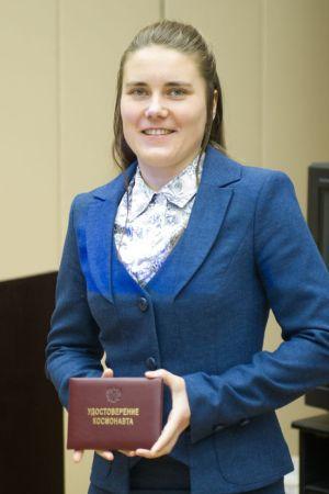 Anna Kikina avec son certificat de cosmonaute d'essai le 17 décembre 2014 (photo : Service de presse de Roscosmos)