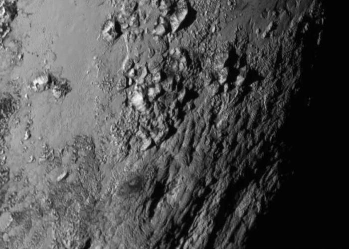 Portion de Pluton photographiée par New Horizons le 14/07/15 à environ 777000 km, révélant des montagnes (Crédits: NASA / JHU APL / SwRI)