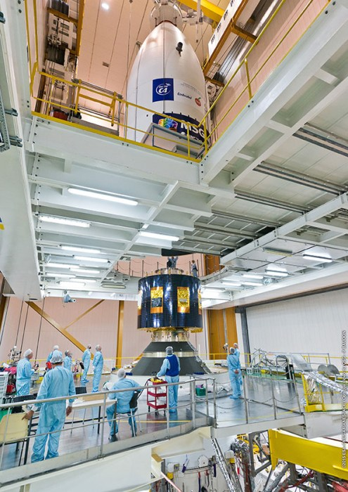 Pose de la coiffe sur le lanceur Ariane 5 VA 224, et sur le satellite MSG-4, le 30/06/2015  (© ESA/CNES/ARIANESPACE-Optique Video du CSG)