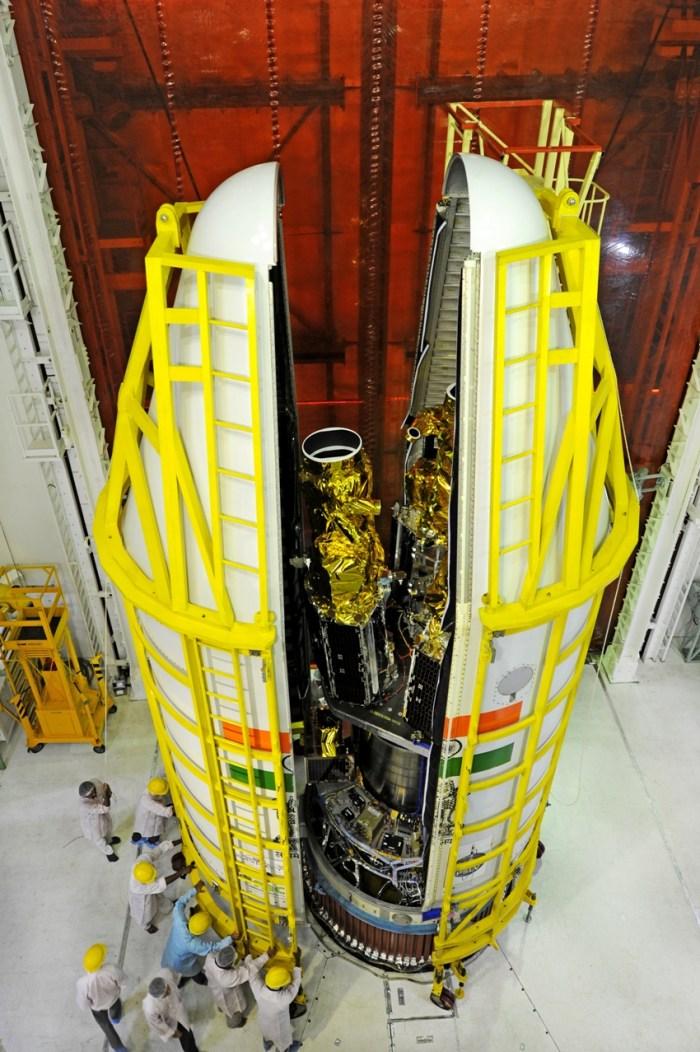 Mise sous coiffe de la PSLV-C28 de 5 satellites britanniques donc 3 satellites DMC3 (source ISRO)