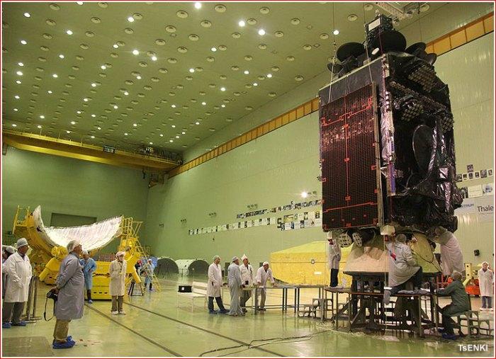 Le satellite Inmarsat-5-F3-à Baikonour avant la mise sous coiffe (source Tsenki)