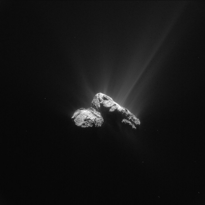 Cette image prise par la caméra de navigation de la sonde européenne Rosetta de la comète 67P / Churyumov-Gerasimenko a été effectuée le 30 Juillet 2015, à une distance de 178 km du centre de la comète. L'image a une résolution de 15,2 m / pixel et mesure 15,6 km de par et d'autres (Credit ESA/Rosetta/NAVCAM – CC BY-SA IGO 3.0)