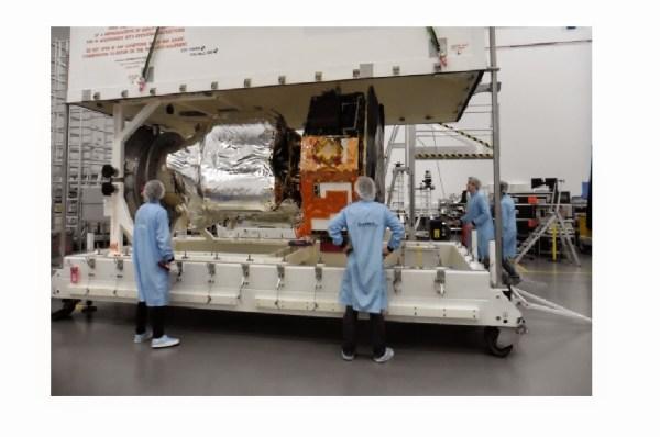 Le moment est venu de mettre le couvercle - A bientôt en Allemagne LISA Pathfinder ! (Crédit : Airbus Defence and Space Ltd)