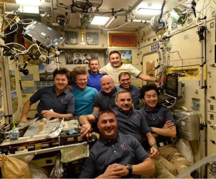 L'équipage de l'ISS au complet le 11 septembre, avant le départ de 3 d'entre eux (credits NASA)