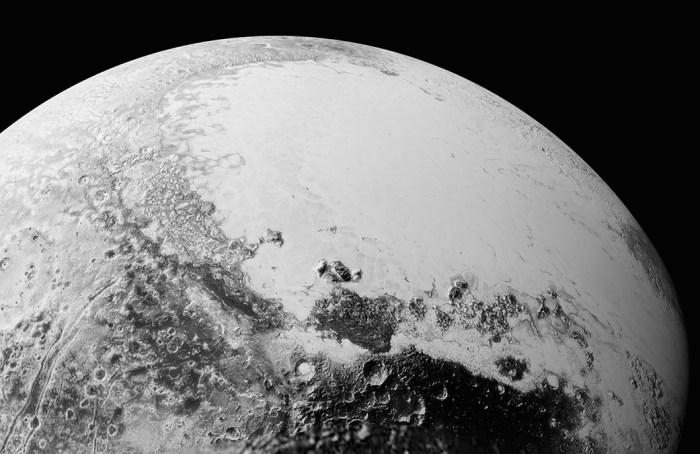 Mosaïque d'images de Pluton comme si vous étiez à 1800 kilomètres au-dessus de la zone équatoriale, en regardant au nord-est vers la zone sombre et recouverte de cratères, surnommée officieusement Cthulhu Regio, vers l'étendue lisse et brillante plaines glacées officieusement appelée Sputnik Planum. Cette image couvre une zone de 1800 kilomètres de large. Les images ont été prises alors que New Horizons a survolé Pluton le 14 Juillet 2015, à une distance de 80 000 kilomètres. (Credit: NASA/Johns Hopkins University Applied Physics Laboratory/Southwest Research Institute)