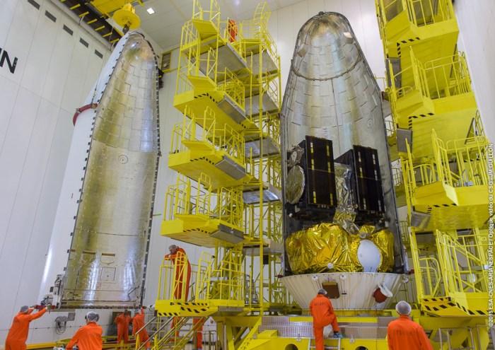 VS12 Pose de la coiffe sur Fregat avec les satellites Alba et Oriana le 03/09/2015 (credit CGS/Arianespace/CNES)
