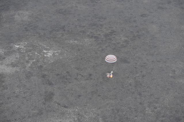 Atterrissage du Soyouz TMA-16M avec à son bord Gennady Padalka, Andreas Mogensen et Aidyn Aimbetov. (Credit: ESA–Stephane Corvaja)