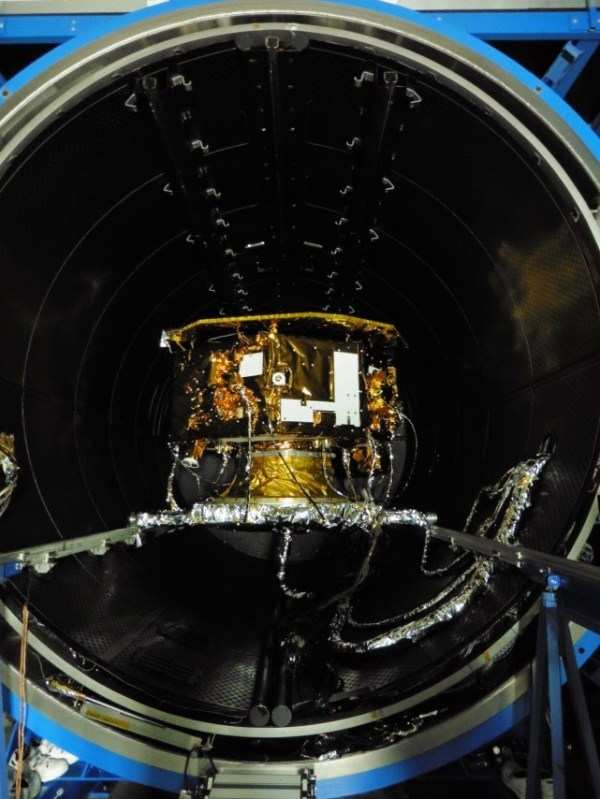 LPF installé dans la chambre à vide thermique, avant le test ((Crédit : Airbus Defence and Space Ltd)
