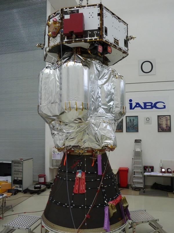 Le véhicule LISA Pathfinder complet, au sommet de l'adaptateur de lancement Vega. (Crédit : Airbus Defence and Space Ltd)