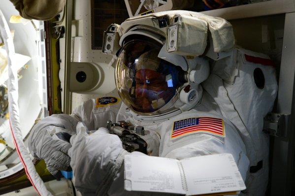 Scott Kelly juste avant sa sortie spatiale (EVA 32) du 28/10/15 (credit NASA)