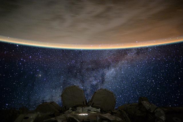 L'astronaute Scott Kelly a posté cette photo de la pluie de météorites des Perséides prise depuis la Station spatiale Internationale le 11 août 2015 (credits NASA)