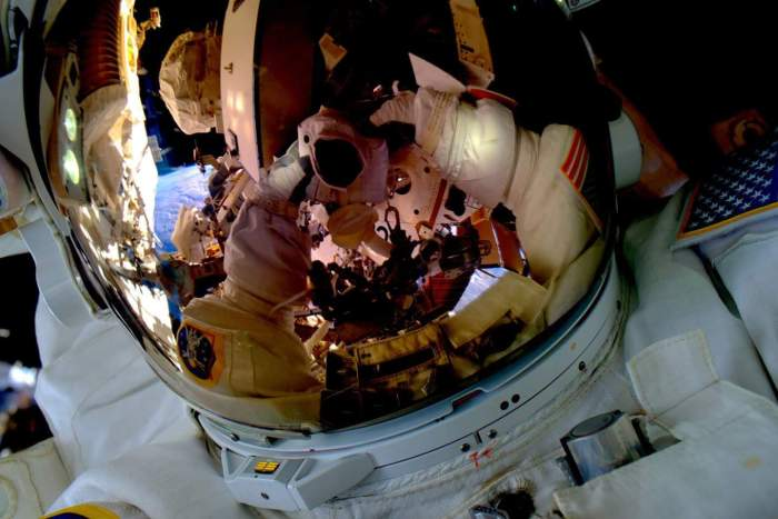 Selfie de Scott Kelly pendant L'EVA 32 (credit NASA)