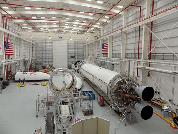 Assemblage en cours du lanceur Antares chez Orbital ATK dans le hall d'assemblage horizontal (Horizontal Integration Facility (HIF)) sur  la base de Wallops pour les tests avant le retour en vol (Photo Credit: Mike Brainard/Orbital ATK)
