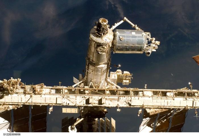 Une vue rapprochée du laboratoire européen Columbus lors de son ajout récent à la Station spatiale Internationale, prise par un membre de l'équipage de la navette spatiale Atlantis - STS 122 (credits NASA).