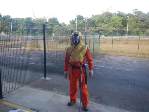 La partie la moins fascinante : décontamination de l'équipement de remplissage avec la combinaison anti feu et résistante aux produits chimiques, et l'appareil respiratoire (Crédit : Vickie Lonnon / Airbus Defence and Space Ltd)