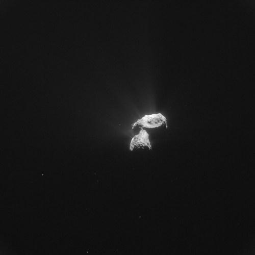 Cette image de la comète 67P / Churyumov-Gerasimenko a été prise le 26 octobre 2015 par la caméra de navigation de Rosetta à une distance de 310,4 km du centre de la comète. L'image a une résolution de 26,5 m / pixel et mesure 27,1 km de long. (Credits ESA/Rosetta/NavCam – CC BY-SA IGO 3.0)