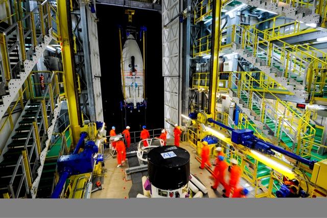 Transfert de la coiffe et de Lisa Pathfinder au sommet de la tour de lancement Vega - VV06 (Credit ESA–Manuel Pedoussaut)