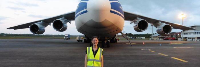 Vicki Lonnon devant l'Antonov emmenant Lisa Pathfinder sur le site de lancement (credit : Vicki Lonon)