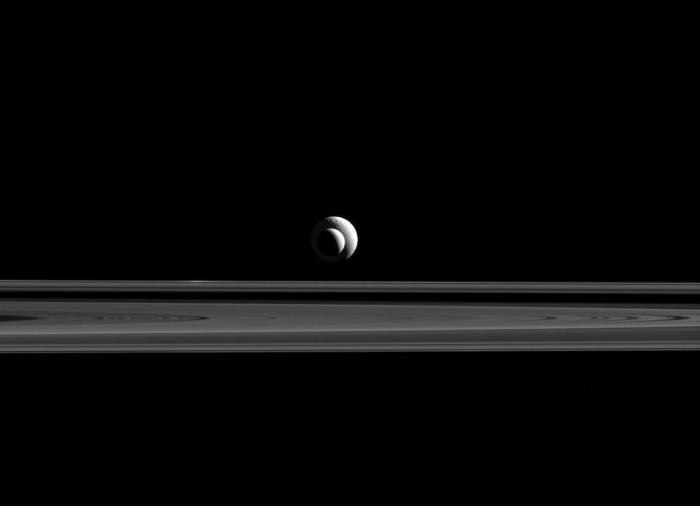 Encelade et Téthys, deux lunes de Saturne presque parfaitement alignées, photographiées par la sonde Cassini. (Crédit: NASA / JPL-Caltech / Space Science Institute)