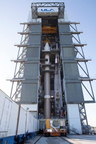 L'Atlas V en préparation à Cap Canaveral avant le lancement du cargo Cygnus OA-4 (credit ULA)
