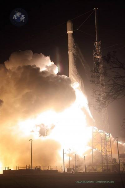Décollage Falcon 9 / Orbcomm OG-2 le 21/12/15 (Crédit photo: Mike Killian / AmericaSpace)