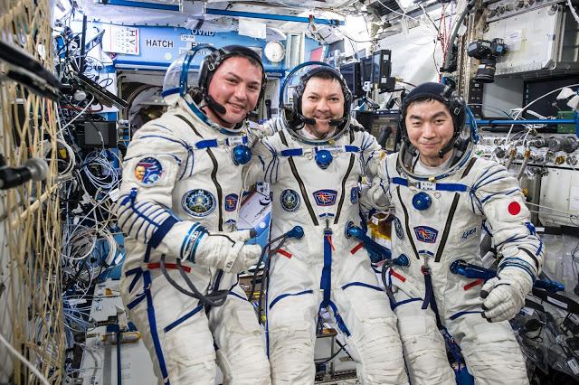 L'équipage avant d'embarquer à bord du vaisseau Soyuz TMA-17M (credit: NASA)