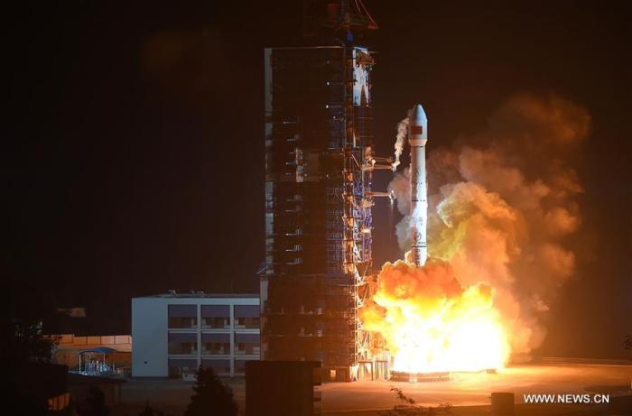 Décollage de Long March-3B transportant le satellite China 1C dans le ciel du Centre de lancement de Xichang le 10 décembre 2015. (photo Xinhua / Xue Yubin)