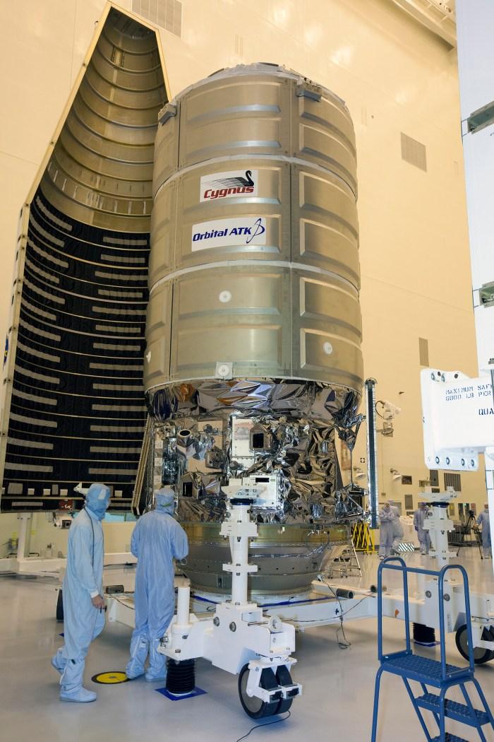 Mise sous coiffe à Cap Canaveral du cargo OA-4 Deke Slayton (Photo : NASA-KSC)