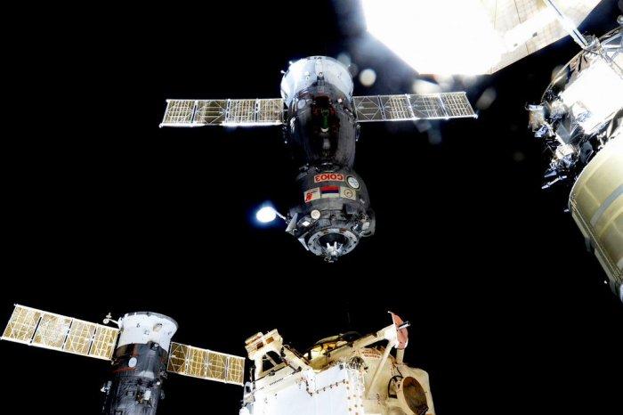 Le vaisseau Soyouz TMA-17M transportant Oleg Kononenko, Kjell Lindgren et Kimiya Yui se sépre de l'ISS pour leur retour sur Terre. Photo de Scott Kelly depuis l'ISS.