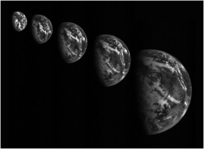 L'image de la Terre prise par Hayabusa 2 lors du survol le 3 Décembre 2015. La séquence des images, en heure de Tokyo, avec la distance de la sonde par rapport à la Terre : 09h00 à 200 000 km, 12h00 à environ 150 000 km, 14h30 à environ 100 000 km, 16h00 à environ 70 002000 km, 16h45 à 5 17000 km, 17h45 à 30 006000 km. (© JAXA)
