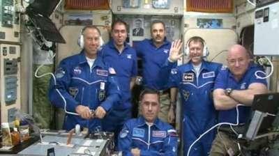 L'équipage réuni quelques minutes seulement après l'ouverture du sas du Soyouz TMA-19M (capture NASA TV)
