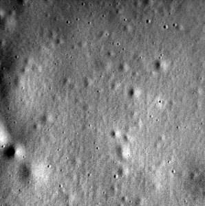 Dernière image acquise du sol de la planète Mercure et transmise vers la Terre par la sonde Messenger juste avant son impact sur la surface le 30/04/15. (Image Credit: NASA/Johns Hopkins University Applied Physics Laboratory/Carnegie Institution of Washington)