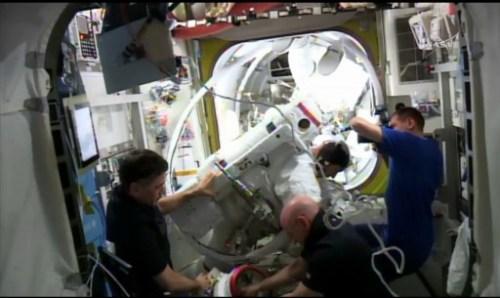 L'équipage resté à bord de l'ISS aide Tim Kopra à retirer rapidement son scaphandre lors de l'EVA 35 (source NASA TV)