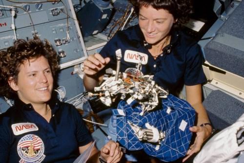 Kathryn Sullivan et Sally Ride, les 2 premières femmes astronautes ensemble lors de la mission STS-8 en 1984 (credit NASA)