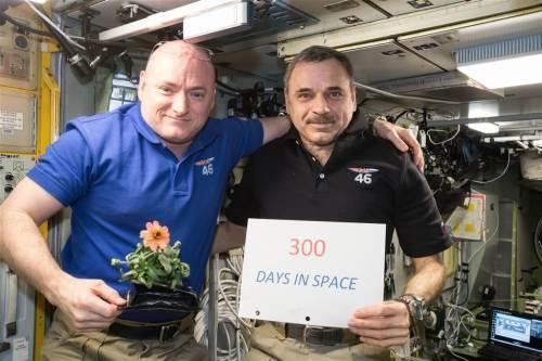 Les membres d'équipage de la mission d'un an dans l'ISS, Scott Kelly et Mikhail Kornienko, célèbrent leur 300e jour consécutif dans l'espace le 21 janvier (Credit NASA)