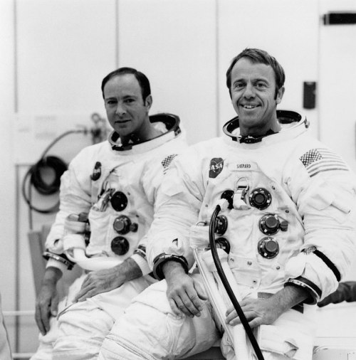 Edgar Mitchell (au fond) et Alan Shepard (devant) avant leur mission Apollo 14(credit NASA)