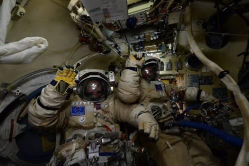 Yuri Malenchenko et Sergei Volkov juste avant leur sortie spatiale du 3/02/16 - EVA 42 (credit Scott Kelly / NASA)