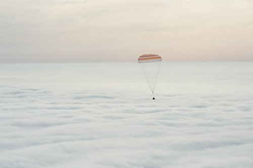 Le vaisseau Soyouz TMA-18M sous parachutes avant son atterrissage le 02/03/2016 (Credit: NASA/Bill Ingalls)