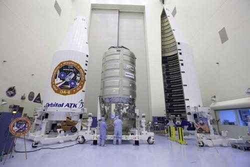 Mise en place de la coiffe du lanceur Atlas V sur le cargo Cygnus OA-6 (credit: NASA/Bill White)
