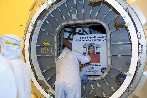 Fermeture de la trappe d'accès de l'intérieur du cargo Cygnus OA-6 SS Rick Husband (credit: NASA/Dimitrios Gerondidakis)