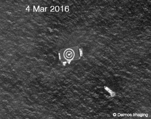 Photo satellite prise le vendredi 4 mars 2016 du navire Drone et son navire de soutien pendant les derniers préparatifs pour la tentative d'atterrissage du premier étage de Falcon 9 (Crédit: Deimos Imaging)