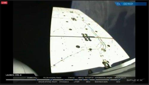 Déploiement d'un des 2 panneaux solaires du cargo Dragon CRS-8 (credit SpaceX webcast)