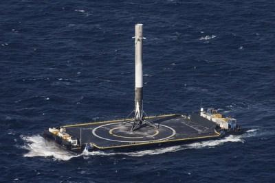 Atterrissage du premier étage Falcon 9 sur une barge en mer (credit SpaceX)