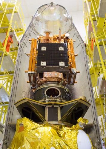 Sentinel 1B sur l'étage supérieur du lanceur Soyouz VS14 avant la fermeture de la coiffe (credits CGS/Arianespace/CNES/ESA)
