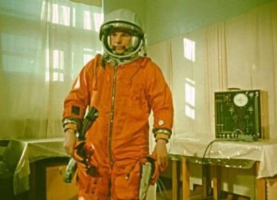 Gagarine lors de l'un des test du scaphandre. Les lettres CCCP ne sont pas encore peintes sur son casque. Personne n'y a encore pensé (source Tezio, espace-passion)