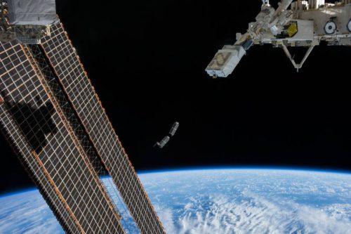Déploiements de cubesats lors de l'Expedition 38 en février 2014 (credit NASA)