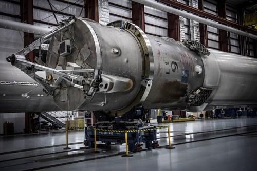 Le premier étage de l'atterrissage du 06/05/2016 dans un hangar de stockage à Cap Canaveral (credit SpaceX)