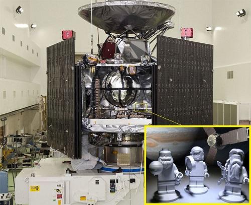 Trois figurines LEGO en aluminium représentant le dieu romain Jupiter (à droite), sa femme Juno (milieu) et Galileo Galilei (à gauche) à bord de Juno (credit NASA/LEGO/KSC)
